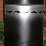 2060 Schwarz-silbern, Wellen-Dekor.  Klassiche Urne hergestellt aus Kalk und Gips.