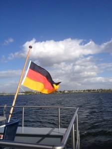 Flussbestattung auf der Maas Deutsche Flagge