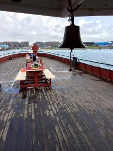 Seebestattung Scheveningen hinterdeck mit Schiffglocke