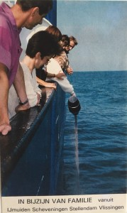 Asverstrooien-op-zee-in-aanwezigheid-van-familie-Aqua-Omega-historisch
