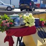 Verschillende-urnen-opgebaard-met-bloemengroet-op-het-voordek