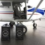 Tassen-met-urnen-staan-voor-het-vliegtuig-voor-vertrek