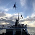 Na-de-laatste-verstrooiing-en-cirkel-om-het-zeegraf-wordt-de-vlag-weer-in-top-gehezen
