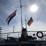 De-vlag-is-halfmast-gehezen-om-rouw-aan-uit-te-drukken-als-gastvlag-de-Duitse-vlag