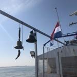 Vlag-half-mast-en-de-scheepsbel